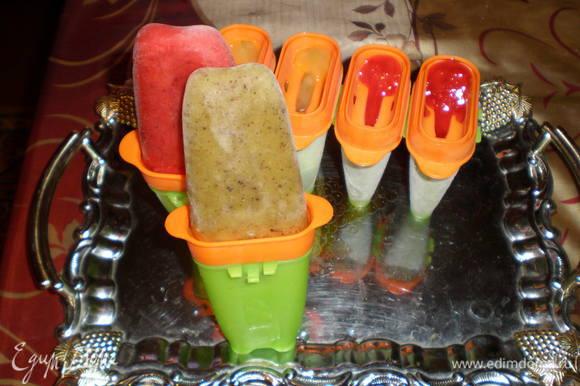 Достать замороженые формочки из холодильника, опустить в горячую воду (секунд на 5), собрать формочки для еды.
