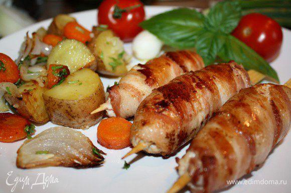 Подавать кебабы на большом блюде с картофелем или рисом.С питами или лавашами,со свежими овощами.С вкуснейшими йогуртовыми,томатными и сливовыми соусами.И всё это под бутылочку хорошего красного вина!Приятного аппетита!