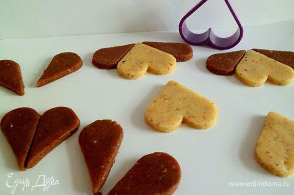 Из шоколадного теста, также сделать сердечки и разрезать их пополам, это будут ушки. Тесто песочное, так что работать нужно осторожно, чтобы не порвалось.