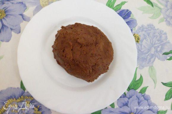 Добавить дважды просеянную муку и какао. Тесто вымесить так, чтобы оно не липло к рукам.