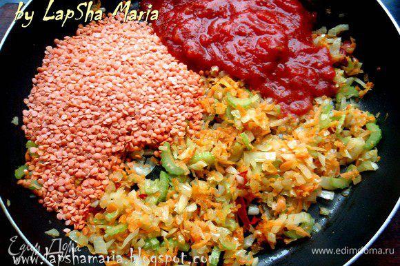 Обжариваем овощи минут 5 на среднем огне, следим чтобы ничего не подгорело, помешиваем. Затем добавляем чечевицу и томаты (если у вас свежий помидор, ошпарьте его кипятком, снимите кожицу и мелко нарежьте).
