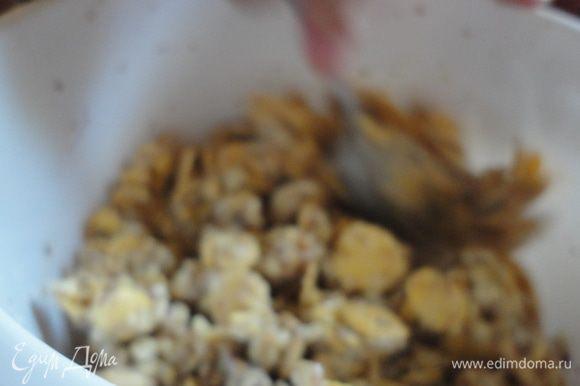 Грецкие орехи мелко раскрошить, соединить с хлопьями и изюмом, добавить 200 г сгущенного молока с сахаром.