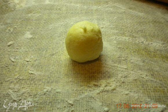 """""""Застывщее"""" тесто делим на одинаковые кусочки и скатываем в шарики..."""