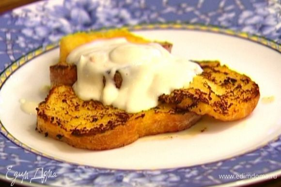 Выложить тосты на тарелку и полить апельсиново-сметанным кремом.