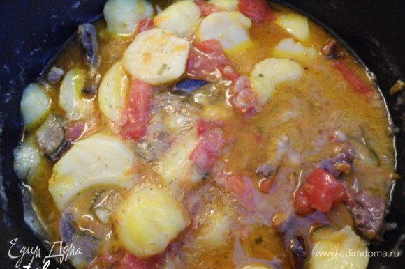 Приготовить заливку для нашего рагу: смешать огуречный рассол, сухой бульон, кетчуп, лимонный сок, давленный через чеснокодавку чеснок, специи и соль с перцем. Добавить заливку и тушить 2-3 минуты. Попробовать. Если чего-то не хватает - добавить.