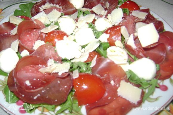 На блюдо выложить руколу, сверху порезанные половинками помидорки, моцарелины, посолить, поперчить, полить маслом, сверху выложить брезаолу и поcыпать тертым пармезано... Приятного аппетита!!!