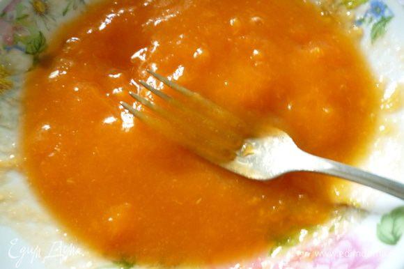 С абрикосов снять кожицу и любым доступным способом превратить в пюре. Я просто размяла вилкой.