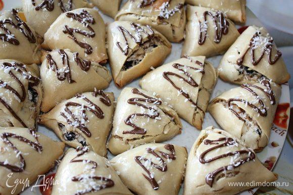 Слегка остывшие печенюшки глазировать сгущенкой, украсить шоколадной пастой и кокосовой крошкой. Приятного аппетита!