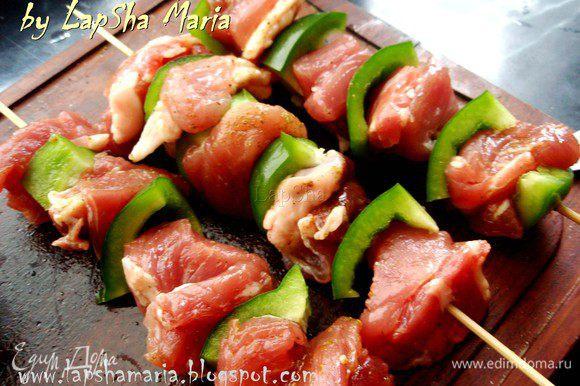 Если вы готовите так же как и я на сковороде гриль, то шпажки из дерева надо замочить в воде минут на 15, для того, чтобы они не пригорели во время готовки. Насаживаем на шпажки или шампура поочередно кусочки мяса и перца.