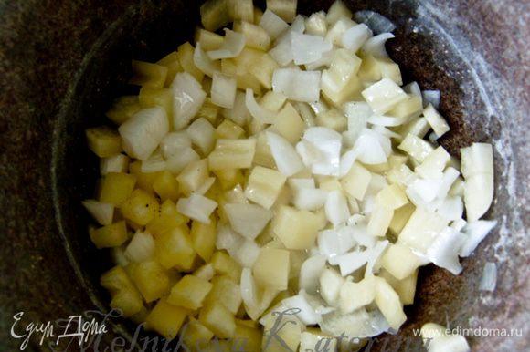 Пока готовится лук, очистить от семян перец и нарезать кубиками. Добавить к луку и тушить несколько минут.