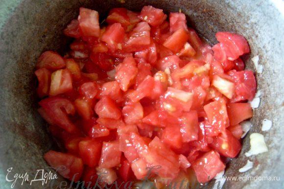 Пока тушится перец, помидоры обдать кипятком и снять кожуру (кстати, можно ее и не снимать, тогда получится супер-ленивая икра). Добавить томаты к овощам. Тушить несколько минут.