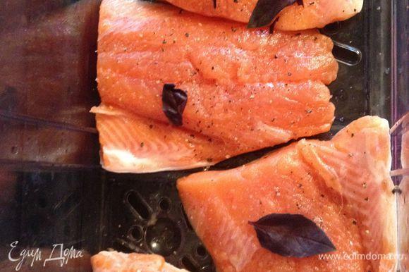 Филе рыбы укладываем в пароварку, солим, перчим, сверху кладем по 2 листика базилика. Если нет свежего, можно посыпать сухим. Готовим 15 мин.