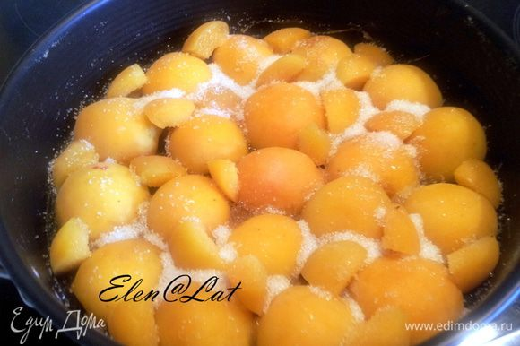 На застывшую карамельную подушку выложить по кругу половинки абрикосов.