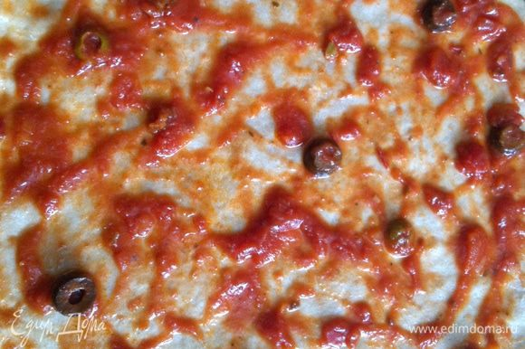 Смазать тесто томатной пастой.