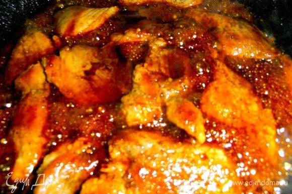 Следим,чтобы всё мясо было под соусом!Пусть побулькают,обменяются соками,затем накрываем крышкой и на маленьком огне доводим до готовности мяса.Но чем дольше соус на огне-тем больше он загустевает,а при остывании желируется.Если мясо не готово,а соус быстро выкипел-добавьте чуть воды.Пробуем на соль и если необходимо-подсаливаем!