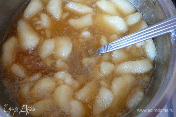 Варить грушевый сироп периодически помешивая 10 минут.