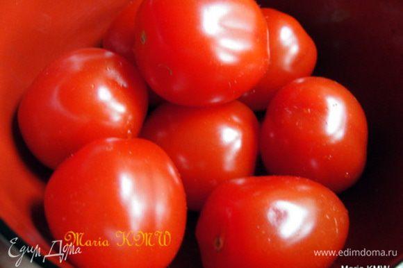 Помоем и порежем помидорки, зелень петрушки, орехи порубим ножом.