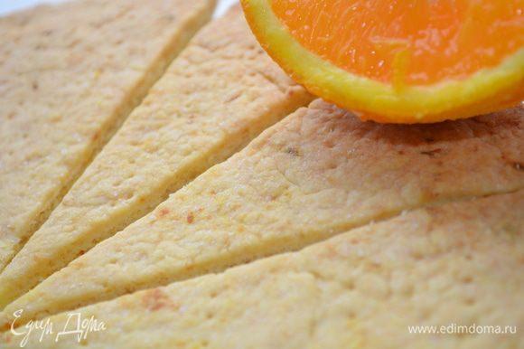Готовое печенье остудить и теплым разломить по надрезам. Посыпать пудрой и приступать к чаепитию!