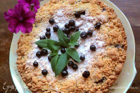 Готовый пирог охладить, не вынимая из формы. Охлажденный пирог посыпать сахарной пудрой и украсить ягодами смородины и мятой.