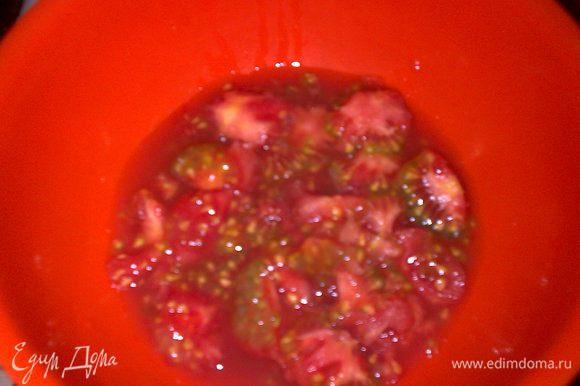 Сок и семечки от помидор собрать в отдельную посуду.