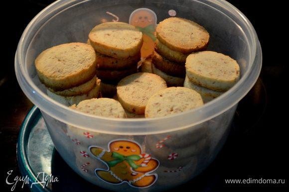 Повторить со вторым роллом также. Готовые печенья хранить в контейнере до подачи.