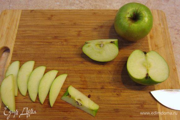Разморозьте тесто. Для этого посыпьте поверхность стола мукой, выложите тесто и накройте его, чтобы не заветрилось (если у вас высокая влажность на кухне - можно не накрывать). Яблоки в данном рецепте можно не чистить.