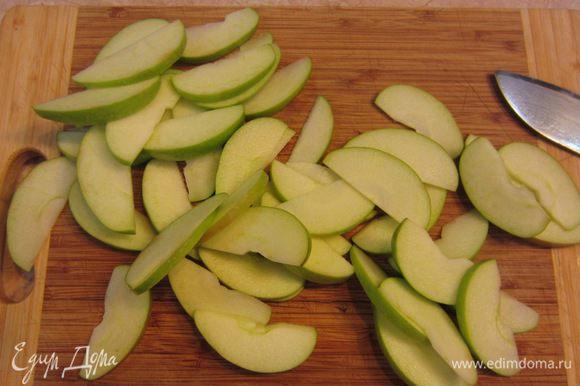 Разрежьте яблоки на четыре части, вырежьте середину. Обязательно проверьте, чтобы коробочки от семян не остались в яблоке, они могут испортить впечатление от пирога. Нарежьте яблоки сегментами толщиной от 3 до 5 миллиметров. Вы конечно можете обработать яблоки более привычным для вас способом. Главное, чтобы дольки были одинаковой толщины.
