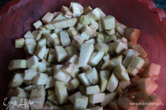 Баклажаны очистить от кожицы, порезать на кубики, посолить и оставить на 10-15 мин. Затем сок слить, баклажаны промыть.