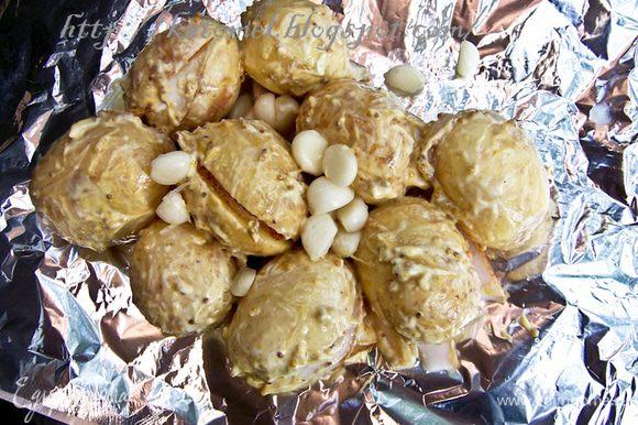 Мешать горчицу, майонез, соль, перец и очищенный чеснок. Добавить картофель и в глубокой таре перемешать руками, чтобы картофель был смазан соусом. Выложить картофель на прямоугольный лист фольги. Накрыть вторым листом и закрепить края, чтобы получился плотный конверт. Из 1 кг должно получиться два конверта.