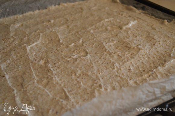 Выложить на него тесто и разровнять его силиконовой лопаткой. Отправить в духовку на 20 минут при температуре 180 градусов.