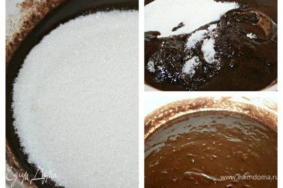 Растопить до однородности шоколад с маслом. Добавить сахар, хорошенько перемешать и снять кастрюлю с водяной бани. Отставить в сторону пусть остынет.