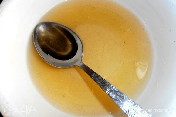 Желатин ставим в микроволновку на пару минут или на водяную баню и растворяем все гранулы. Немного остужаем.