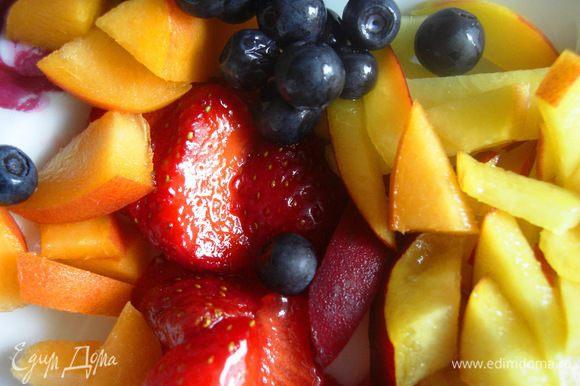 """В это время можно приготовить ягоды. Нам нужно 3 вида (конечно, можно и больше ,чем больше тем лучше) разноцветных ягод. Я имела только два вида ягод - клубнику и чернику, поэтому в свой """"Ягодный рай"""" я добавила немного персика. Ягоды нужно помыть и некоторые виды нарезать на кусочки. Подготовленные ягоды отложить в сторону, а еще лучше поставить в холодильник."""