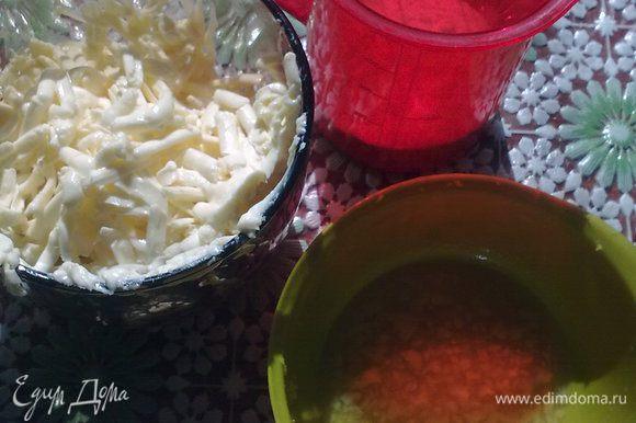 Натереть на мелкой терке цедру лимона, выжать сок. Приготовить сахар и манную крупу, сливочное масло.