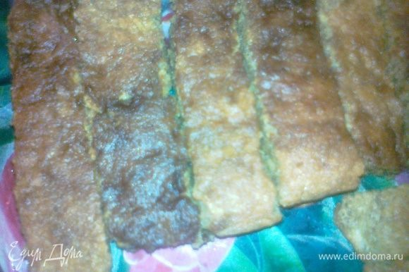 взять бисквитные печенья и по одному быстрыми движениями окунуть в кофе и выложить в форму друг другу,так по всему дну формы