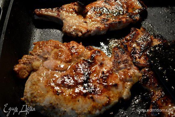 Разогреть сковороду на сред-высок.огне вылить олив.масло покрывая поверхность.И жарить отбивные по 3 мин. сторона.