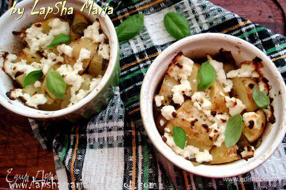 Запекаем до готовности картофеля и румяности феты.