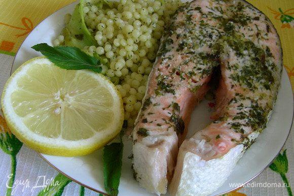 Раскладываем кускус по тарелкам, рядом с ним рыбку и дольку лимона. И подаем. Приятного аппетита))