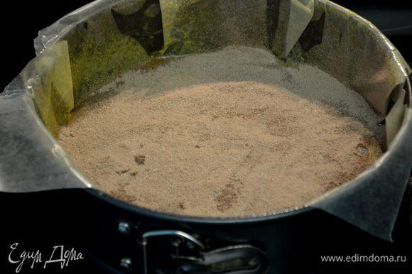 Разогреть духовку до 180С. Смажем форму слив. маслом, выстелим бумагу для выпечки и опять смажем маслом. Припылим какао. Форму можно круглую.