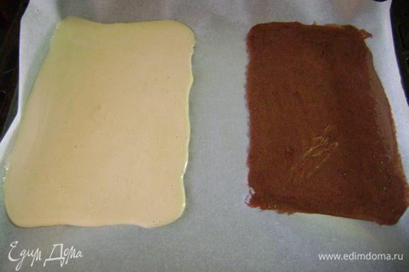 Противень и разъёмную форму выстелить пергаментной бумагой. Часть белого бисквита вылить в разъёмную форму, чтобы только покрыло дно. Оставшийся белый бисквит и коричневый вылить на противень, не смешивая, сформировав прямоугольники. Выпекать бисквит 10 мин.