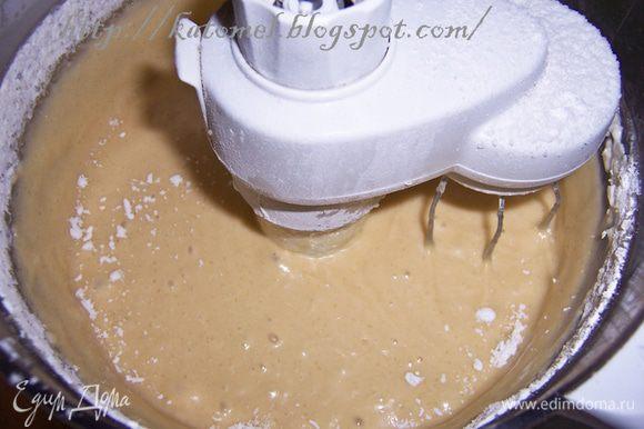 Для теста смешать муку с разрыхлителем. Отдельно сливочное масло/маргарин взбить с сахаром. Добавить к маслу яйца, ванильный сахар, муку и вымешать, чтобы смесь стала однородной.