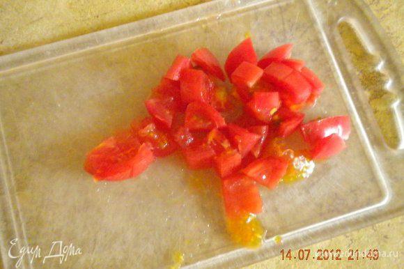 Помидоры порезать на половинки (т.к. совершенно спонтанно решила приготовить салатик, черри в холодильнике не нашлось, нарезала кубиками обычные помидоры).