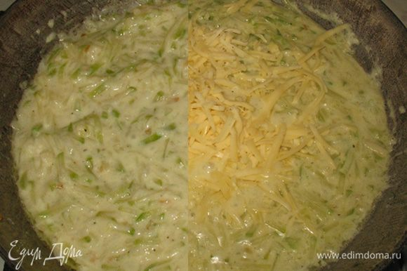 Добавляем муку, перемешиваем. Добавляем сметану, соль, перец, средиземноморские травы и перемешиваем, прогреваем. Добавляем сыр и перемешиваем. Соус готов.