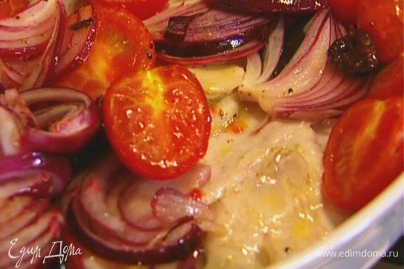 Форму с картофелем вынуть из духовки, выложить сверху филе рыбы, а затем овощной салат. Отправить в духовку еще на 10 минут.