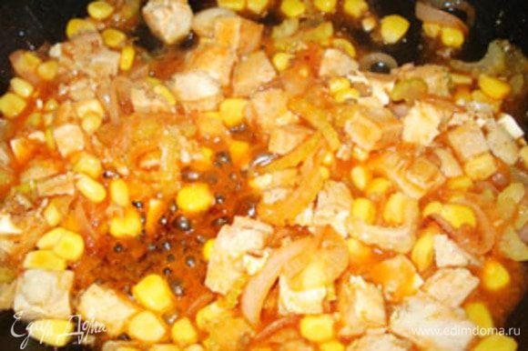 Куриную грудку порезать и добавить в сковороду. Туда же кукурузу, соус табаско, кетчуп и смесь перцев. Дать всей смеси потушиться вместе минут пять. Добавить зелень и снять с огня.