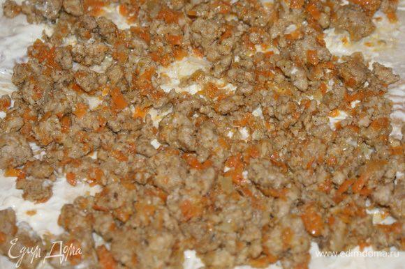 Лаваш разрезать на 3 части (если большой армянский) или взять 3 куска. Смазать 1 кусок майонезом с чесноком. Сверху выложить фарш с морковью и луком.