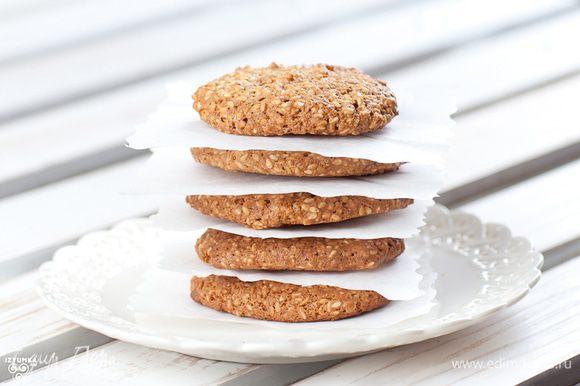 После выпекания сразу же снять печенье с помощью лопатки и выложить на плоскую тарелку для остывания.