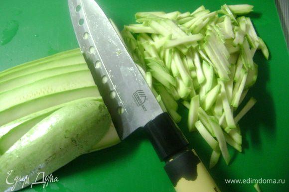 Кабачки и морковь нарезать вдоль тонкими пластинками и нашинковать их полосками.