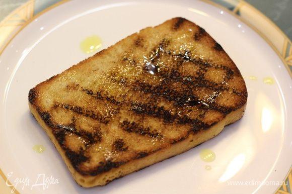 Для красоты, можно повернуть куски хлеба на 90 градусов, чтобы следы были хороши. Натрите хлеб чесноком, сбрызните оливковым маслом.