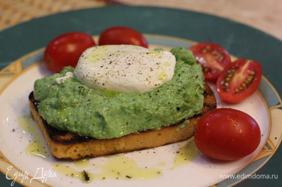 Теперь положите хлеб на тарелку, выложите сверху пару ложек начинки из рикотты, шпината и фасоли. Сверху выложите яйцо пашот. Сбрызните оливковым маслом и посыпьте черным перцем.